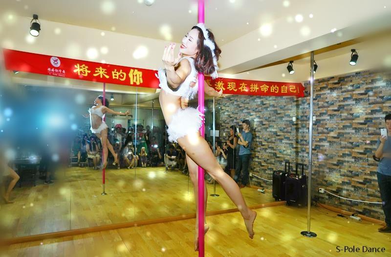 视频: 看钢管舞女神街头独舞